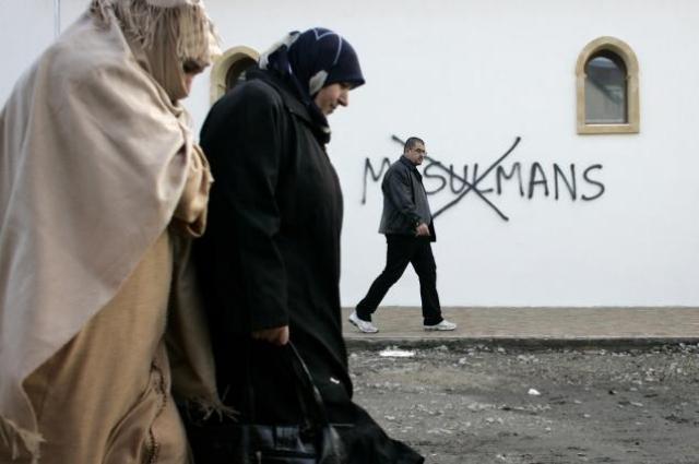 Anti-Muslim graffiti in Saint-Etienne, France, in 2010.    Photo: New York Daily News.