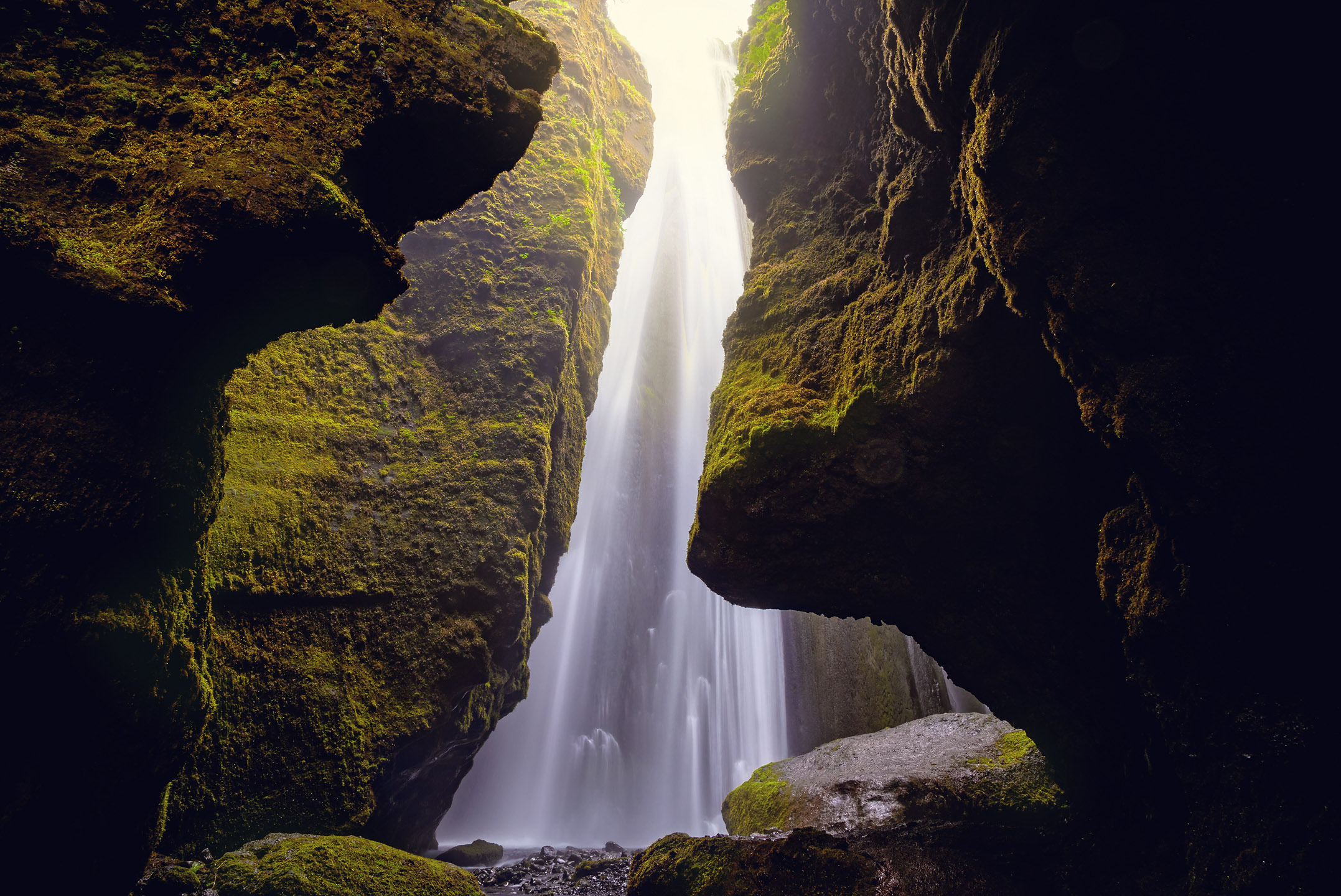 Ein wunderschöner Wasserfall - mitten in der Finsternis