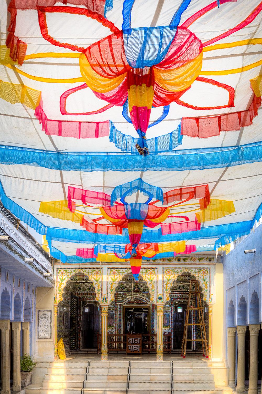 Farbenfroher festlich geschmückter Tempel