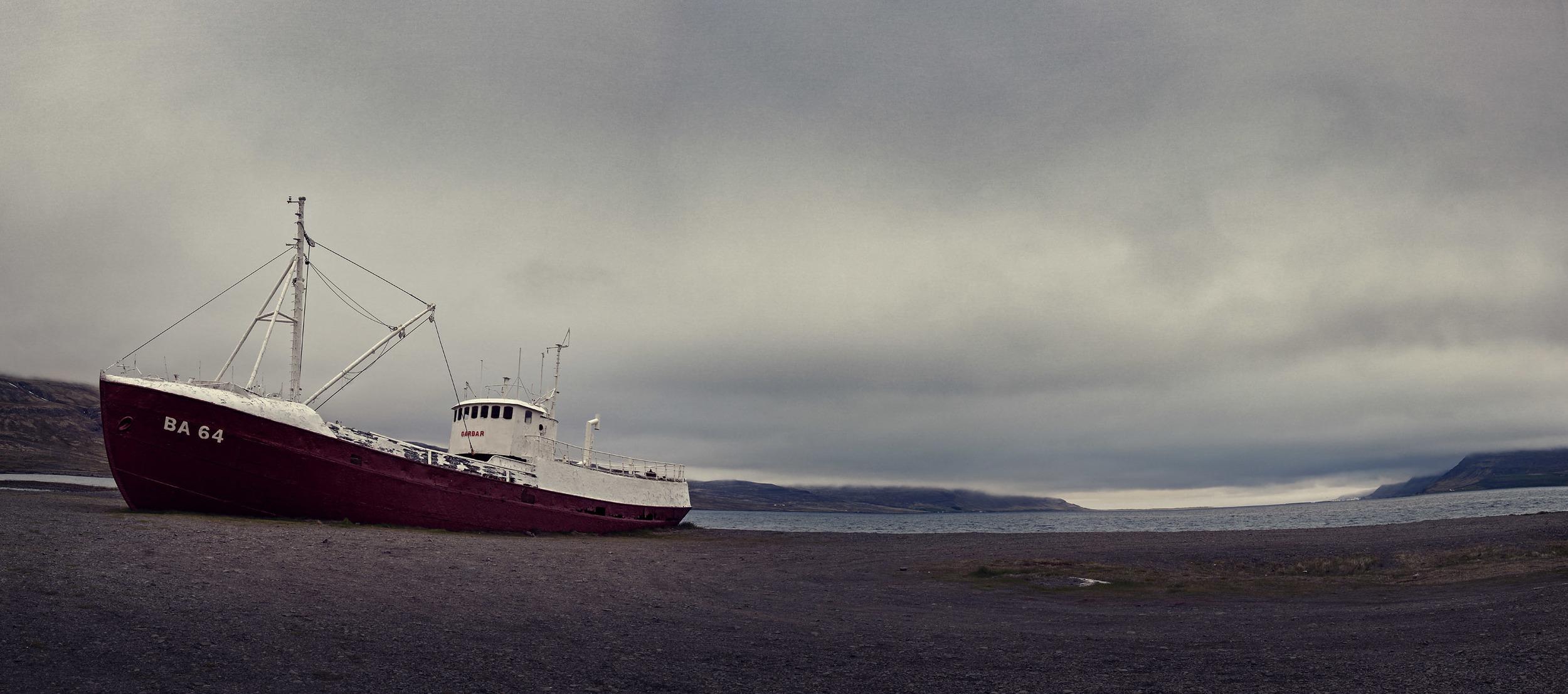 düsteres Geisterschiff in den Westfjorden Islands