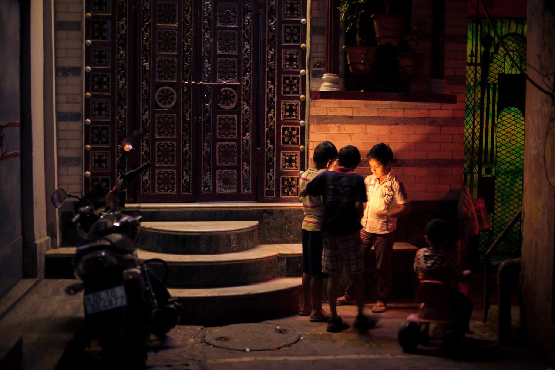 Kinder treiben Nachts in Delhi allerhand Schabernack