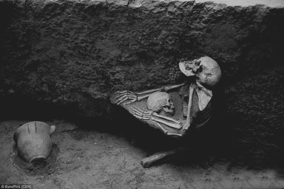 2B3E795D00000578-3192196-Heartbreaking_Skeletal_remains_show_the_mother_kneeling_down_on_-a-3_1439228829685.jpg