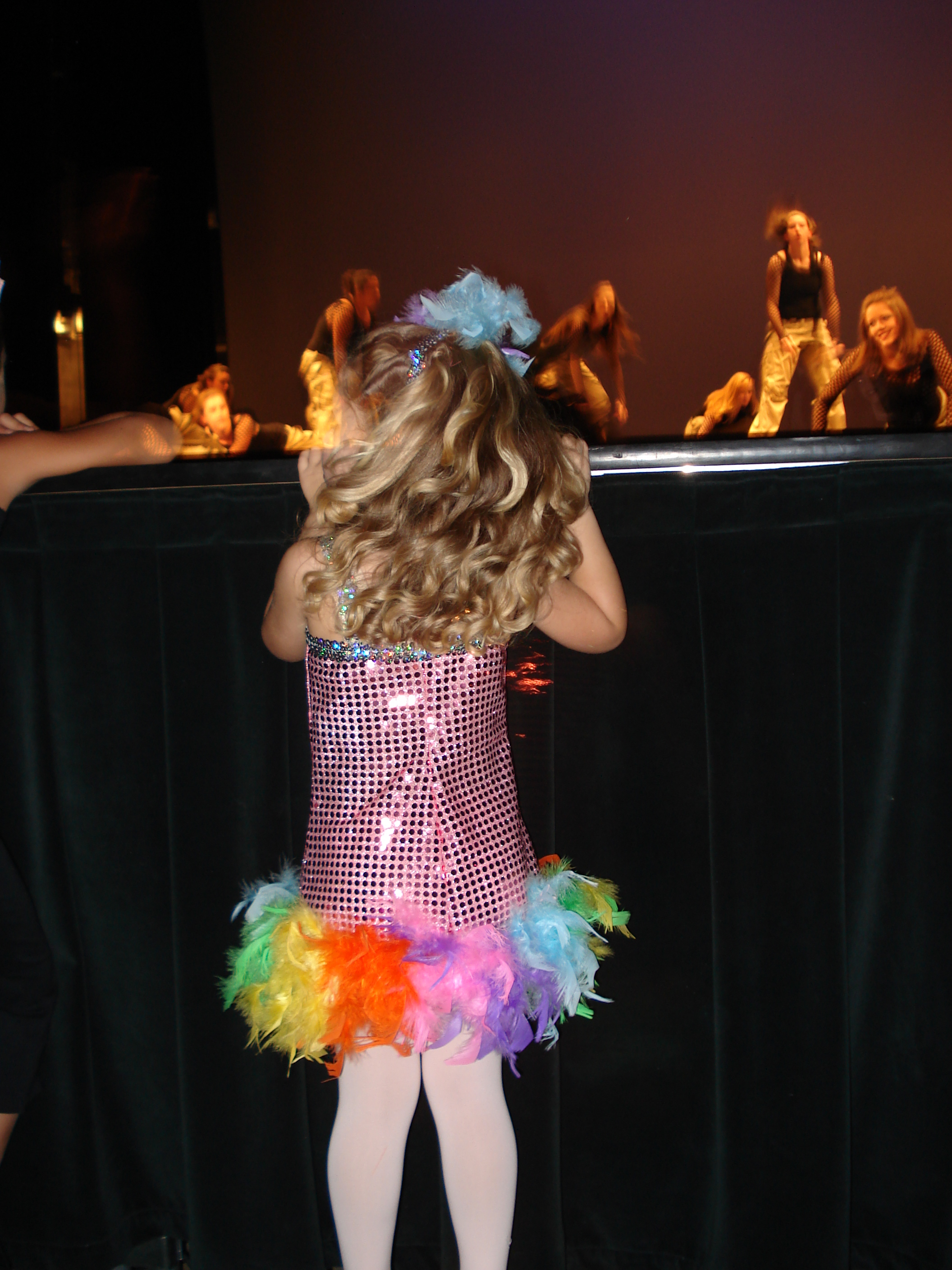 ASHTON AT HER FIRST SHOWCASE WATCHING HOW THE BIG KIDS DO IT. KNEW I WAS IN TROUBLE!