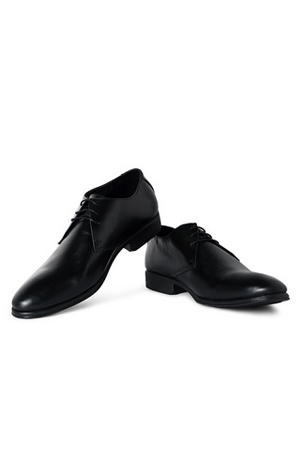 This formal Black Derby shoes will make sure your Monday meetings and suits are all in-sync.