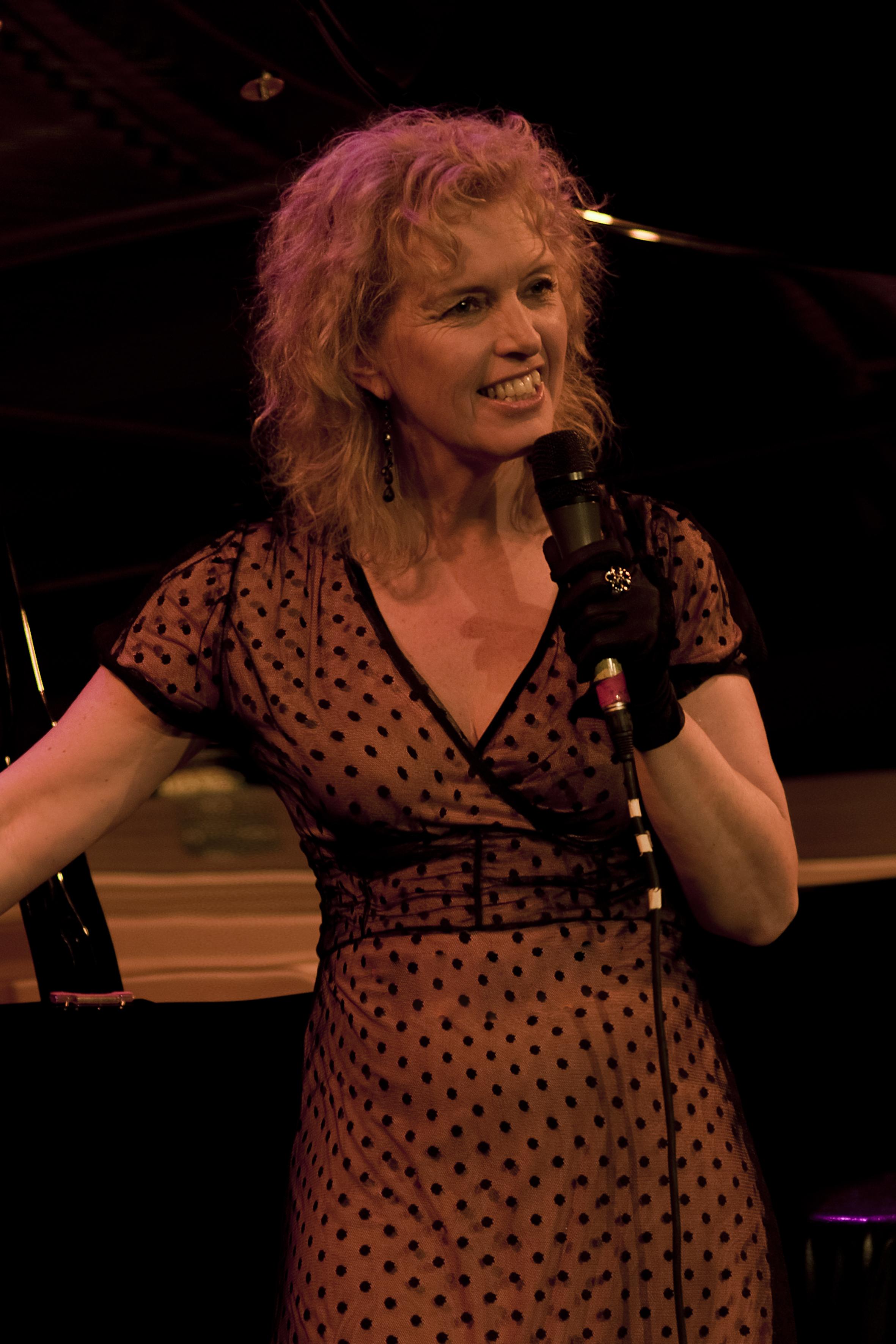 Simone Hondijk zingt.jpg