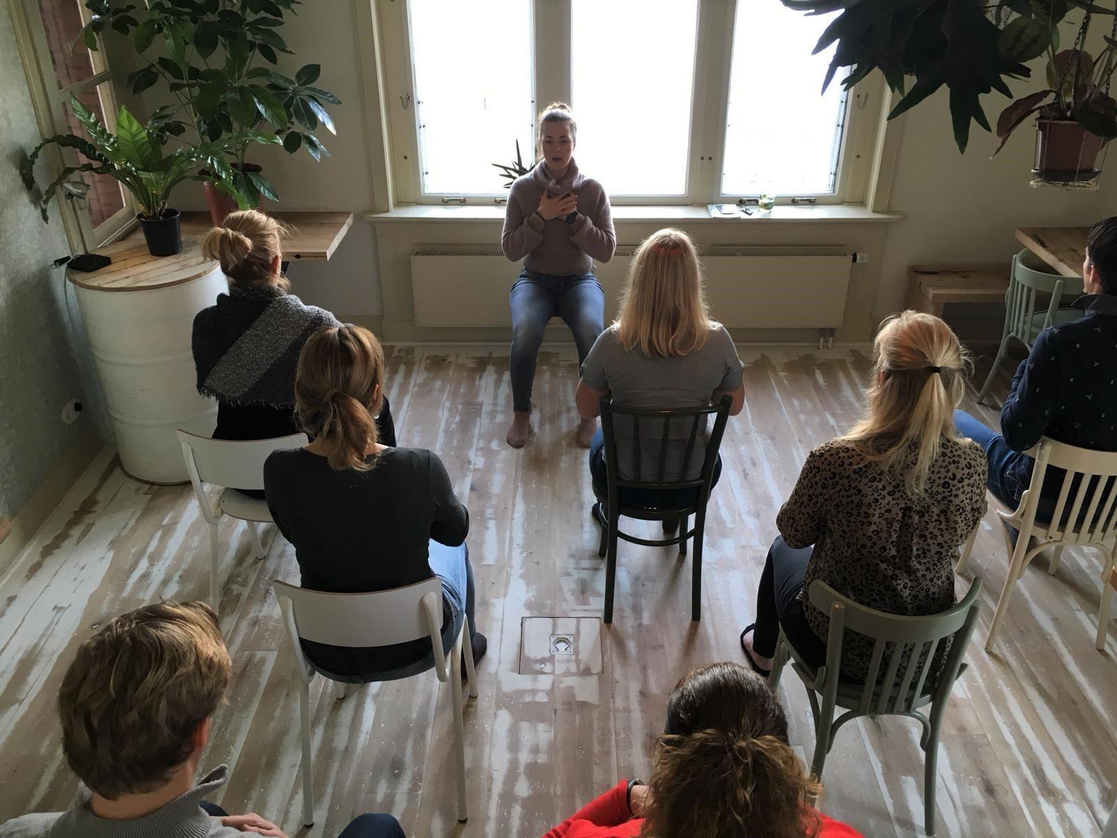 - Even landen en een frisse start maken, door lichaam en geest in balans te brengen met yoga maak je een goede start van je dag. Zeker als je een pittige vergadering of intensieve workshop voor de boeg hebt is het heerlijk om met (hernieuwde) energie en focus aan de slag te kunnen.Een ervaren yoga docente begeleidt jullie in een serie eenvoudige yogahoudingen en ademhalingsoefeningen. Geen nood, het kan ook in spijkerbroek dus toegankelijk voor alle niveaus. En we denken graag met je mee dus wil jij een verrassende draai geven aan je vergadering, workshop of borrel? Neem dan contact met ons op via: reserveren@thuisaandeamstel.nlJohan de Vries HR Director, 30 min yoga introductie:'Ik en mijn team hadden een hele fijne, goede dag bij tHUIS aan de AMSTEL. De start was perfect: een rustige, ontspannen yogasessie. Ik vond dat deze fijn werd begeleid; rustig, maar duidelijk, een hele toegankelijke sessie waar een prima flow in zat. Dat vond iedereen. Ik kom zeker nog een keer terug bij tHUIS aan de AMSTEL.'