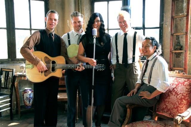 Zondag 31 maart Vintage Jazzband    WhoSheDo   .  Dit Jazz seizoen wordt met een knaller afgesloten, met WhoSheDo gaan de voetjes van de vloer! Jazz, whisky, champagne, een zwoele zangeres en haar jazzy band van knappe heren…. WhoSheDo ademt de sfeer van een broeierige nachtclub uit het New Yorkse jaren 30. WhoSheDo speelt originele eigen nummers, swingende jazzclassics, nostalgische ballads en geeft hits van nu een thirties make-over.  WhoSheDo bestaat uit muzikanten die al naam hebben gemaakt in de Nederlandse jazz-scene, met een gedeelde passie voor hete swing, virtuoze en melodieuze improvisaties. Door hun aanstekelijke optreden kun je met WhoSheDo lachen, meeklappen, dansen of luisteren en genieten met een goed glas.  Mylène Hanson, zang en kazoo Tico Pierhagen, piano Wouter Poot, gitaar Pieter Althuis, contrabas