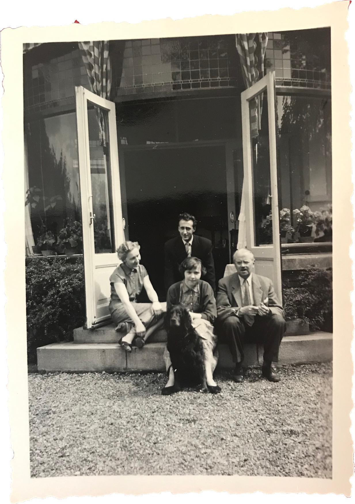 De jongen in het midden op de foto is een stagiaire uit Joegoslavië die ook ingewoond heeft bij de Familie Prisse.