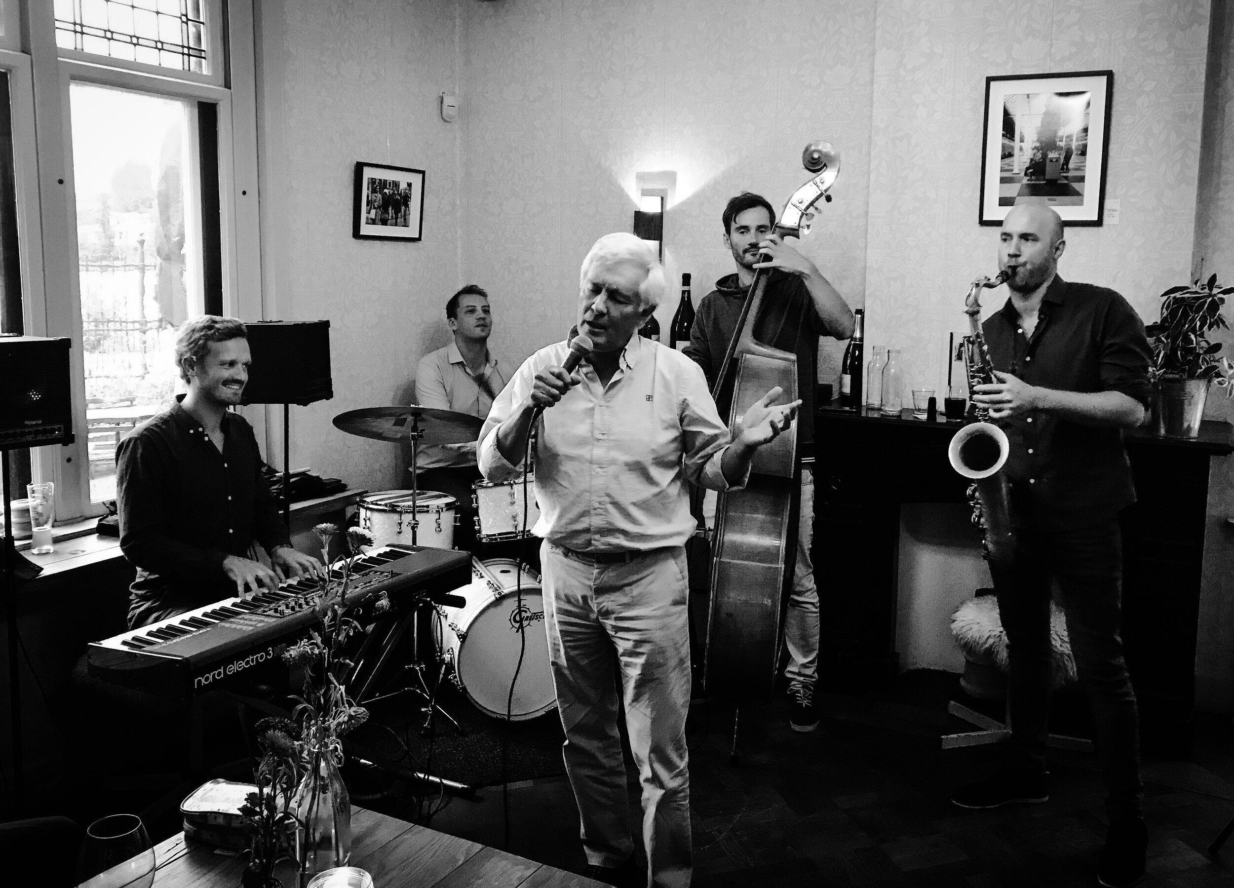 Zondag 3 november & 8 december is    Erik Verwey   te gast. Hij is Jazzpianist en treedt ook op met zijn eigen Jazz kwartet. Na afronding van het conservatorium heeft Erik Verwey zich ontwikkeld als Jazz Artiest waarbij hij zijn eigen Jazz Kwartet opgezet heeft. Hij heeft met veel (internationaal) gelauwerde jazz artiesten gespeeld zoals o.a. Anton Goudsmit, Morris Kliphuis, Thomas Rolff, Caspar van Wijk, Jasper van Damme, Lorren Rettich, Anne Chris en Sanne Huijbregts.