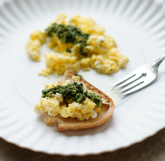 KALE PUREE WITH SCRAMBLED EGGS