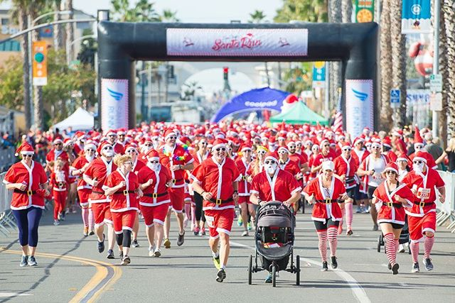 @sdrunningco annual Santa Run 5k kicks off at 10AM 12/15/2018 @pacific.beach ! Will you be dressed up among the vast sea of Red Santa's???🎅🏼🎅🏼🎅🏼   📸 @studio4one