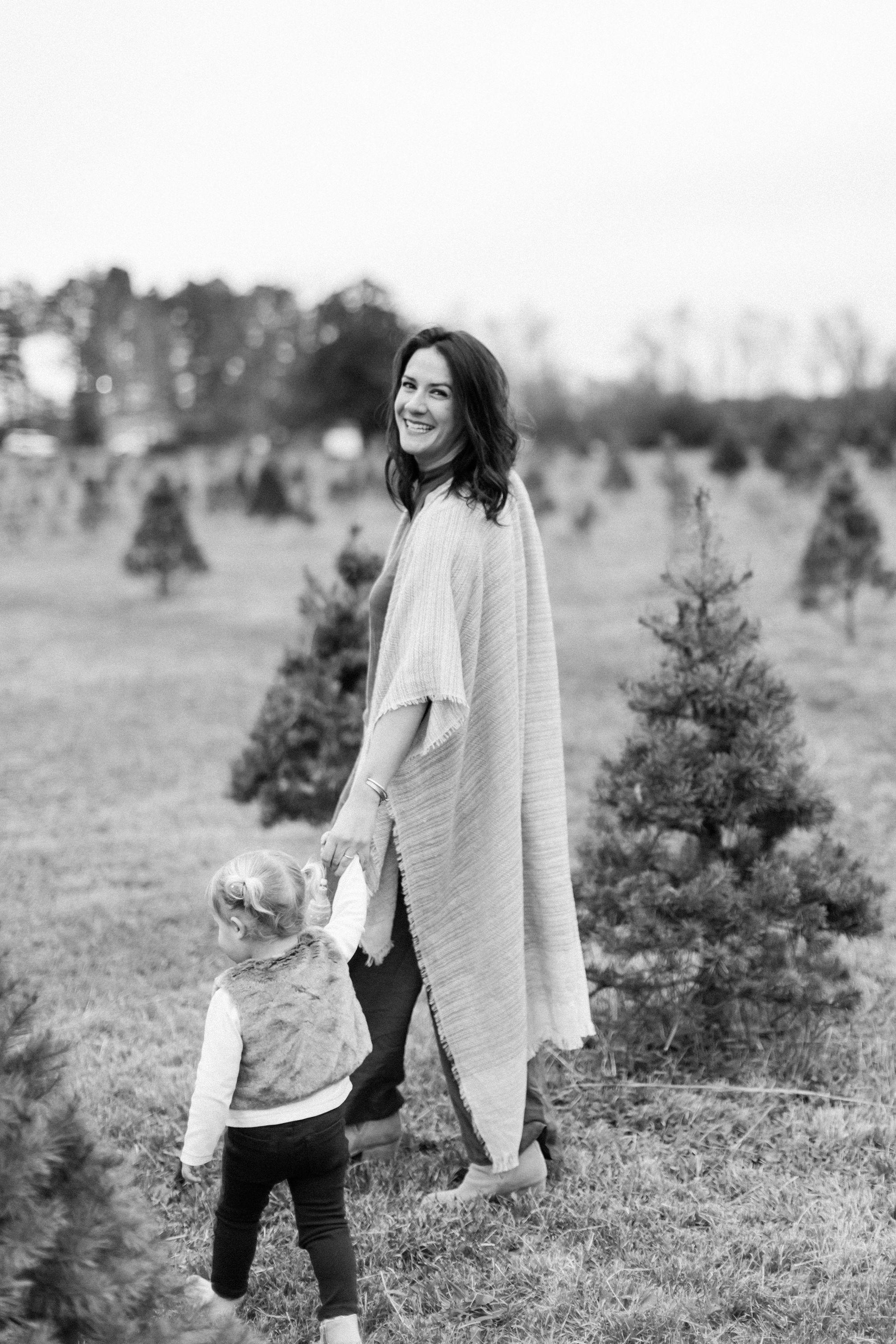 NikkiSanterre_VirginiaFilmMotherhoodPhotographer_ChristmasTreeFarmMinis_Emma-59.jpg