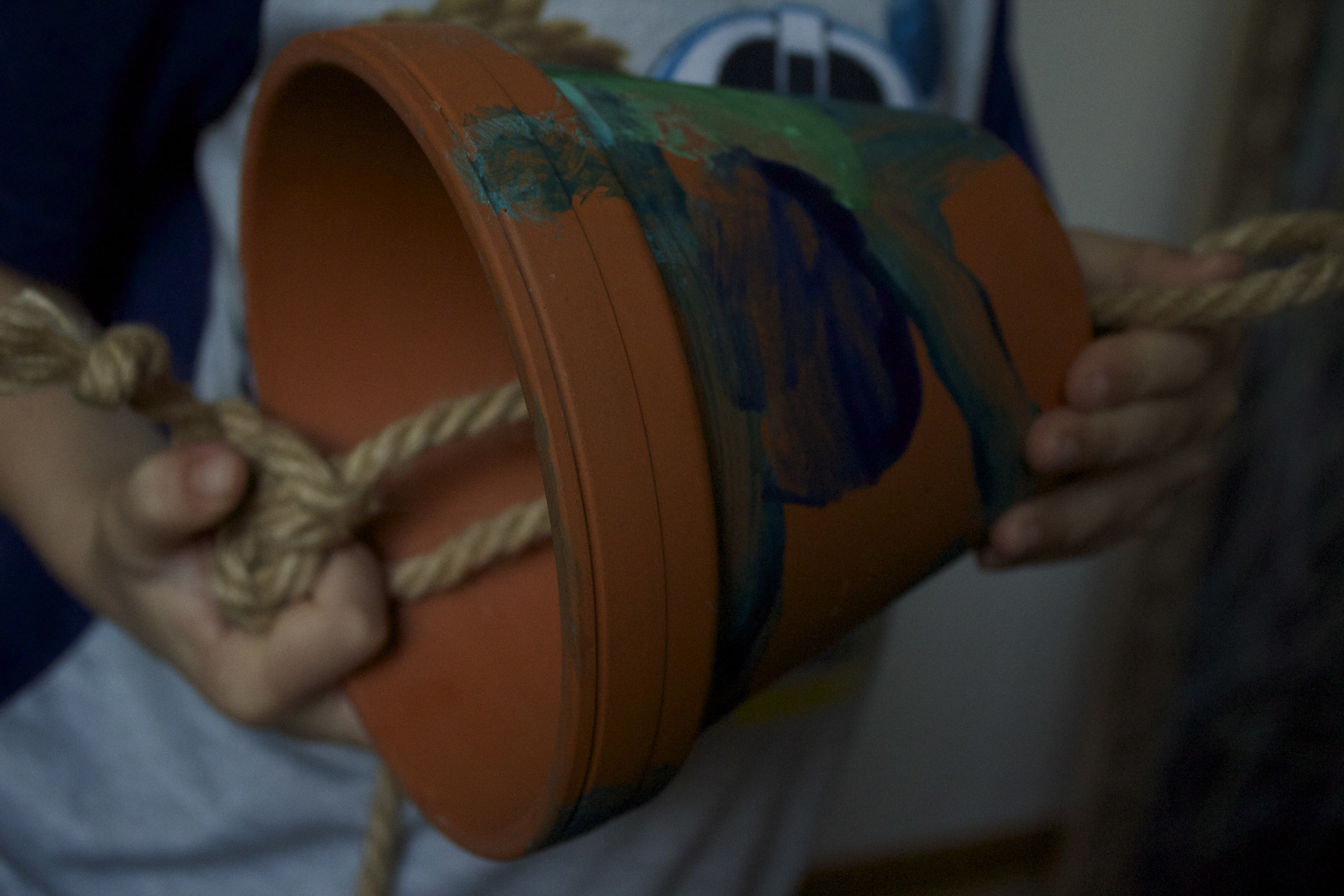 Tie many knots to secure rope in pots.