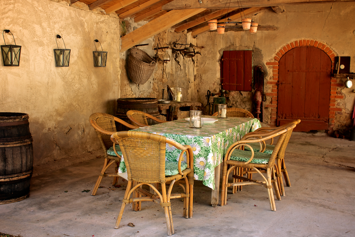 Gezellige eettafel op de binnenplaats van woning 2.