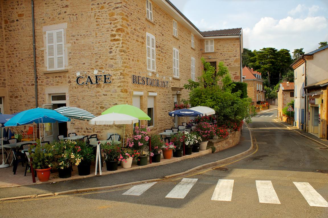 Terras in het mooie dorpje, Blacé.