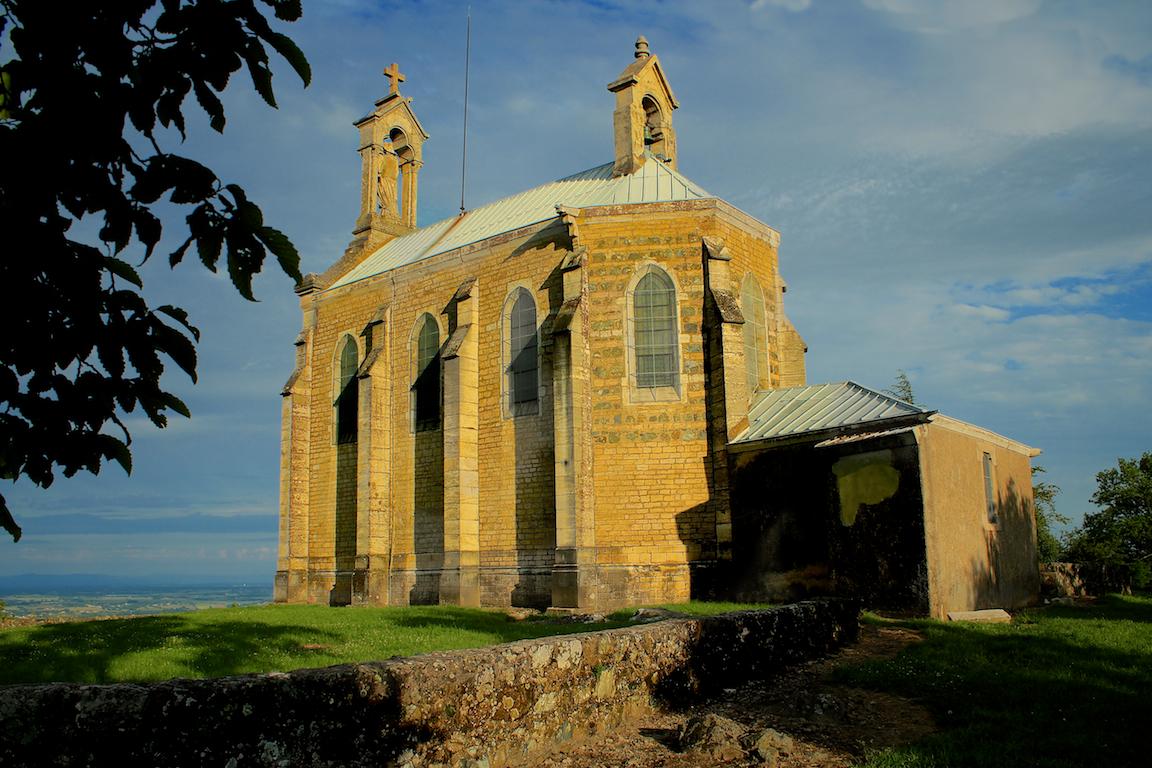 De kerk bovenop de Mont Brouilly.