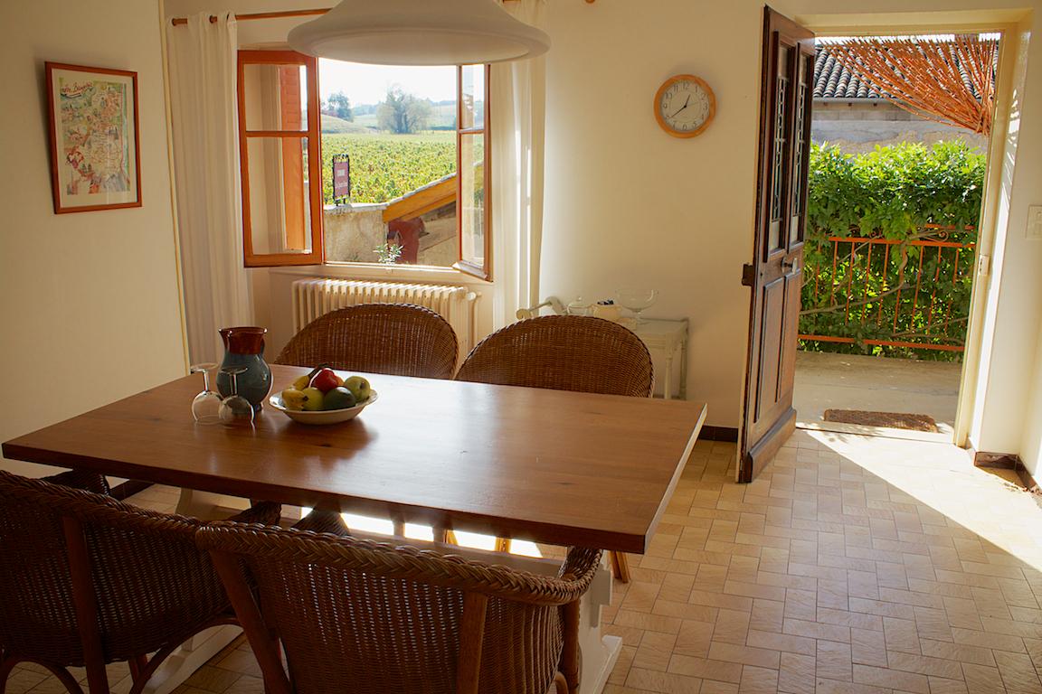 Uitzicht op het terras en de wijngaard vanuit de keuken.