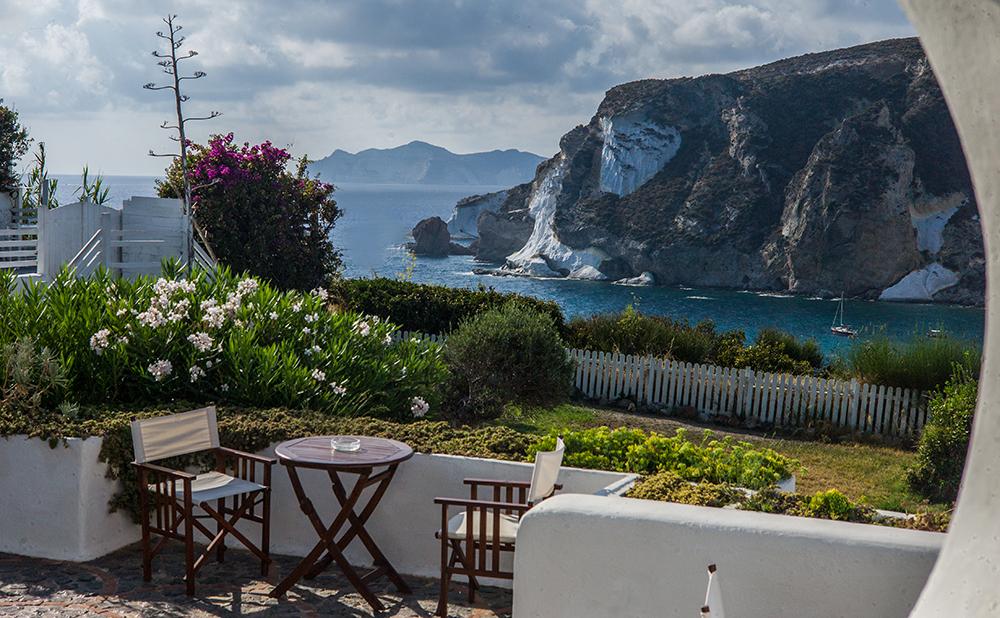 STAY | CHIAIA DI LUNA >    A CHARMING HOTEL FACING THE CHIAIA DI LUNA BEACH.