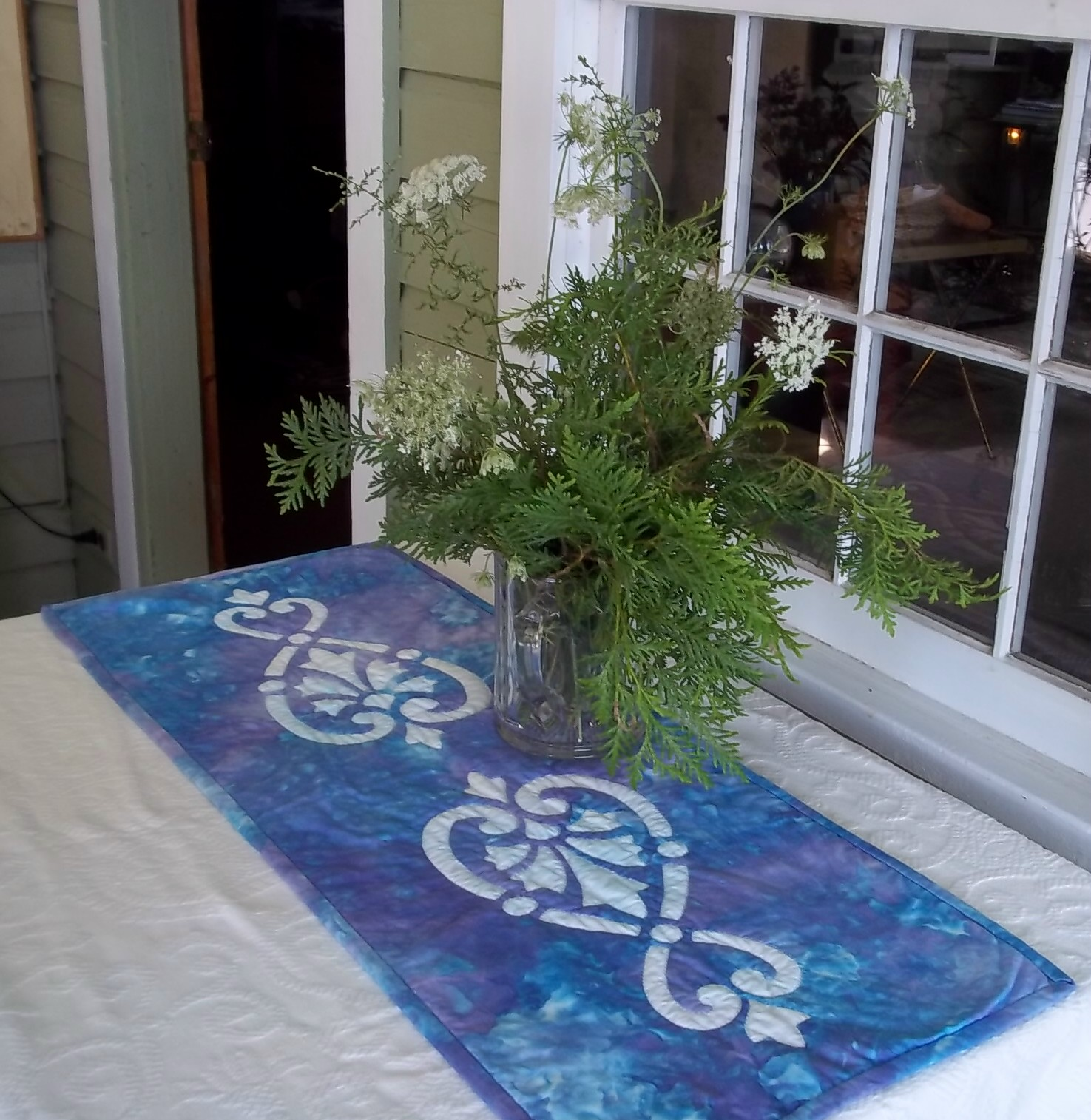 Hearts & Fleurs , table runner II. Hand applique, hand quilted. Made in 15 hours.