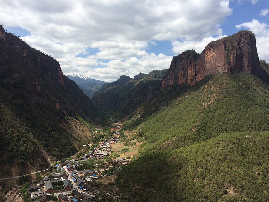 A view down the valley towards Laojunshan/老君山 from the One Dragon Buttress/Watchtower area.