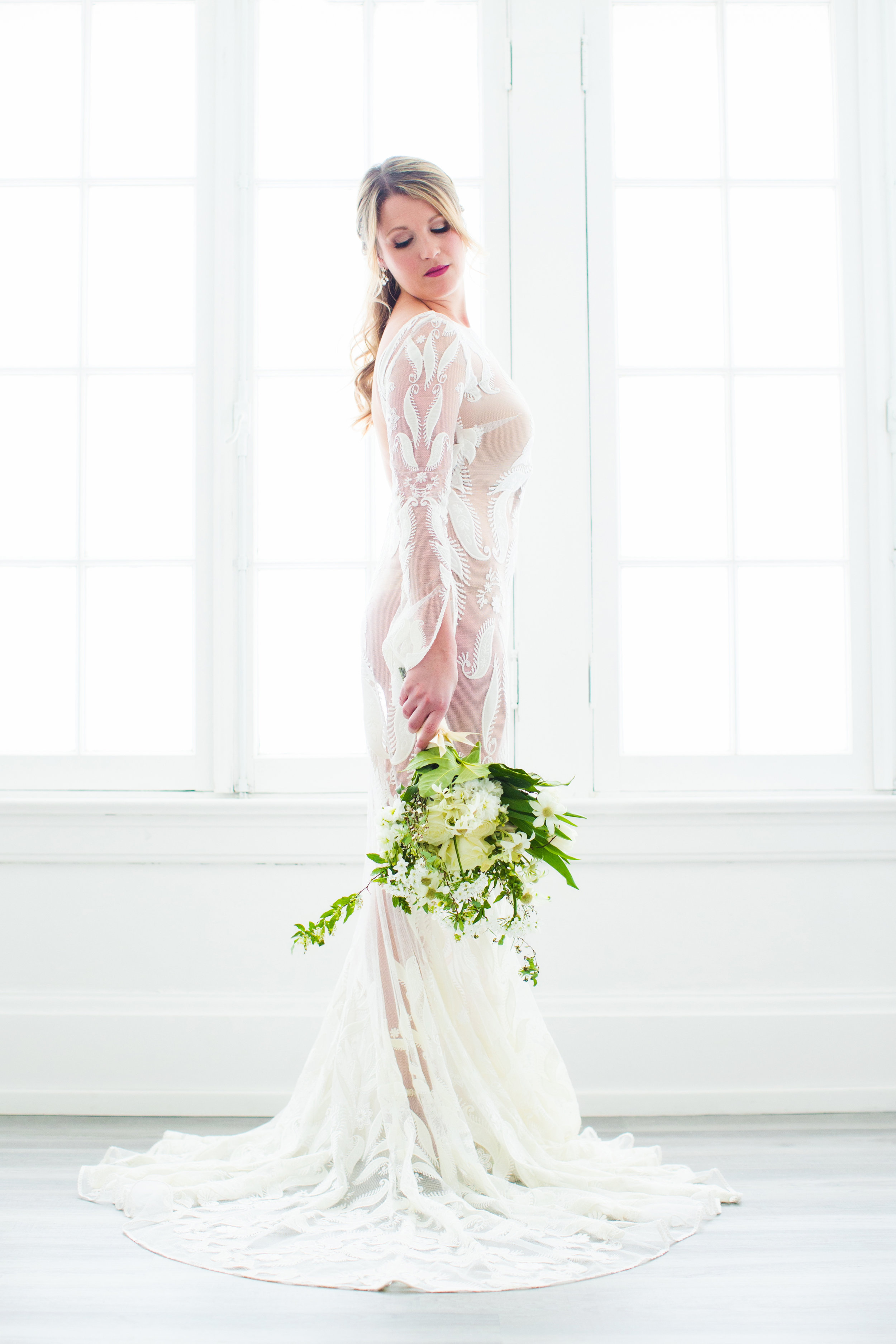 LACE GOWN:LOVELY BRIDE