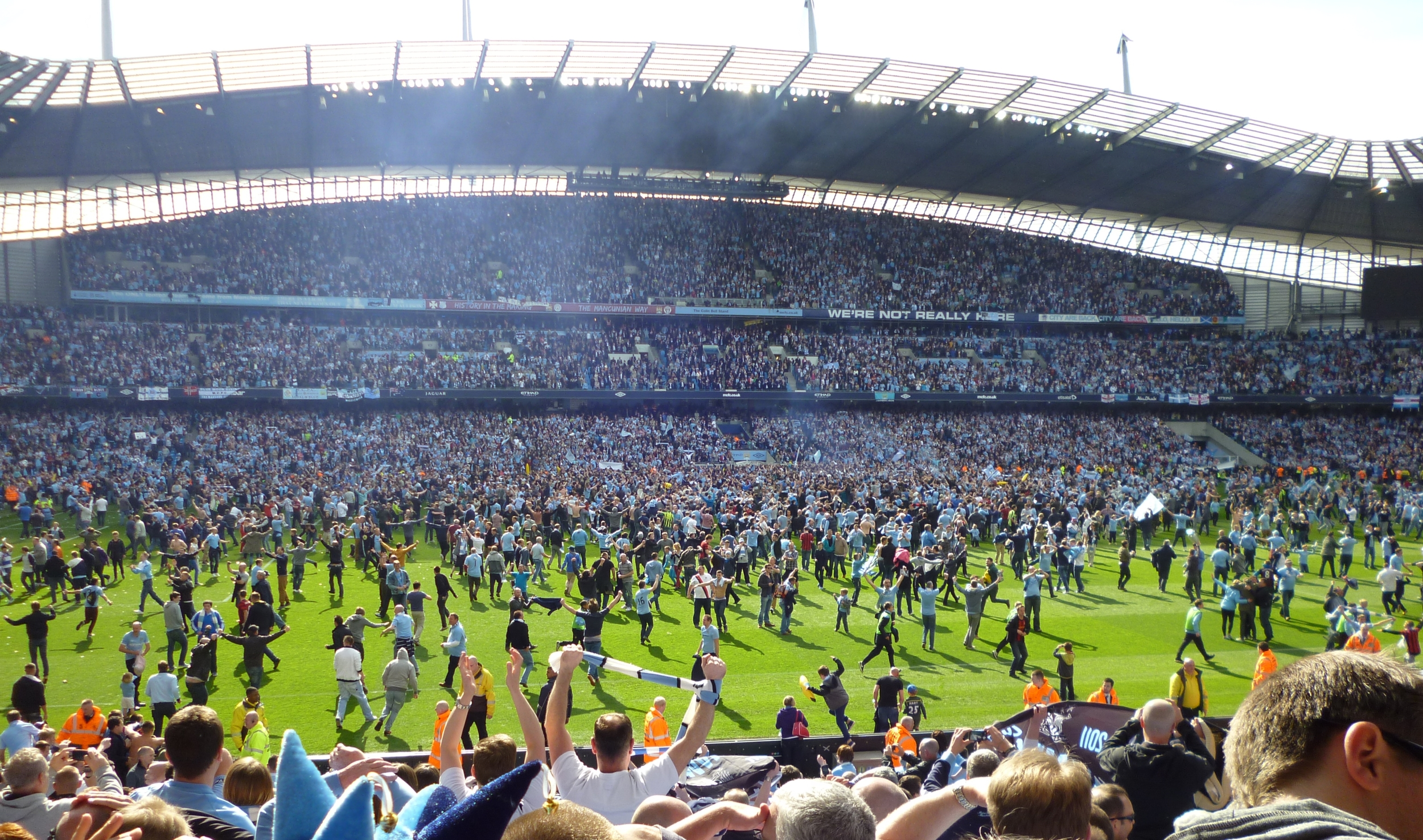 source:https://upload.wikimedia.org/wikipedia/commons/3/38/Manchester_City_pitch_invasion.JPG