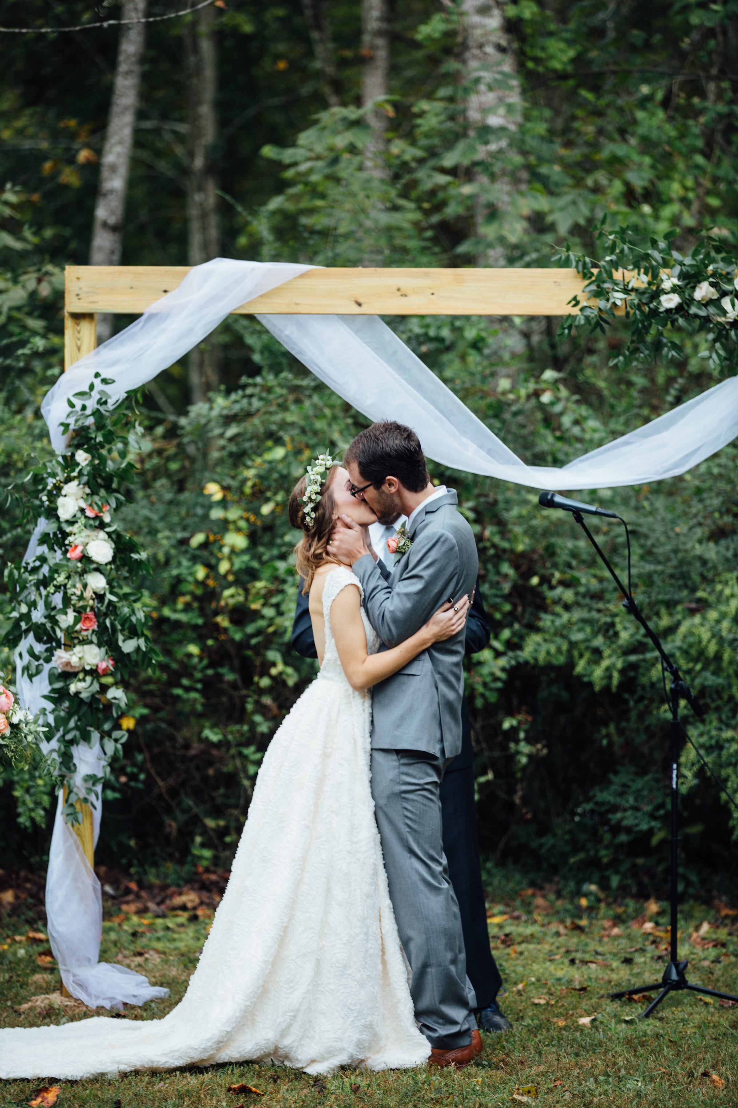 Chic and natural wedding arch // Southern Wedding Floral Design