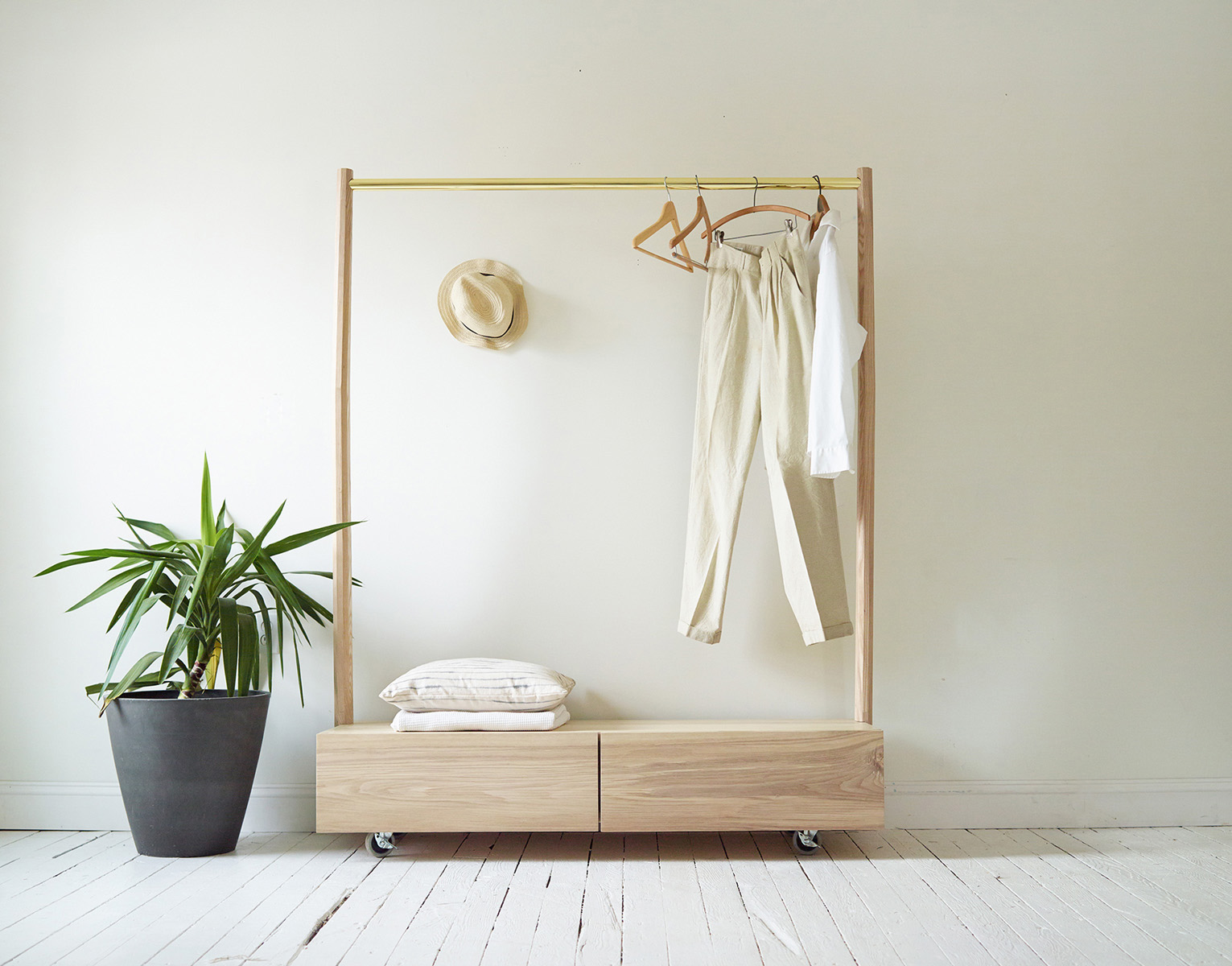 minimalist_dressing_rack