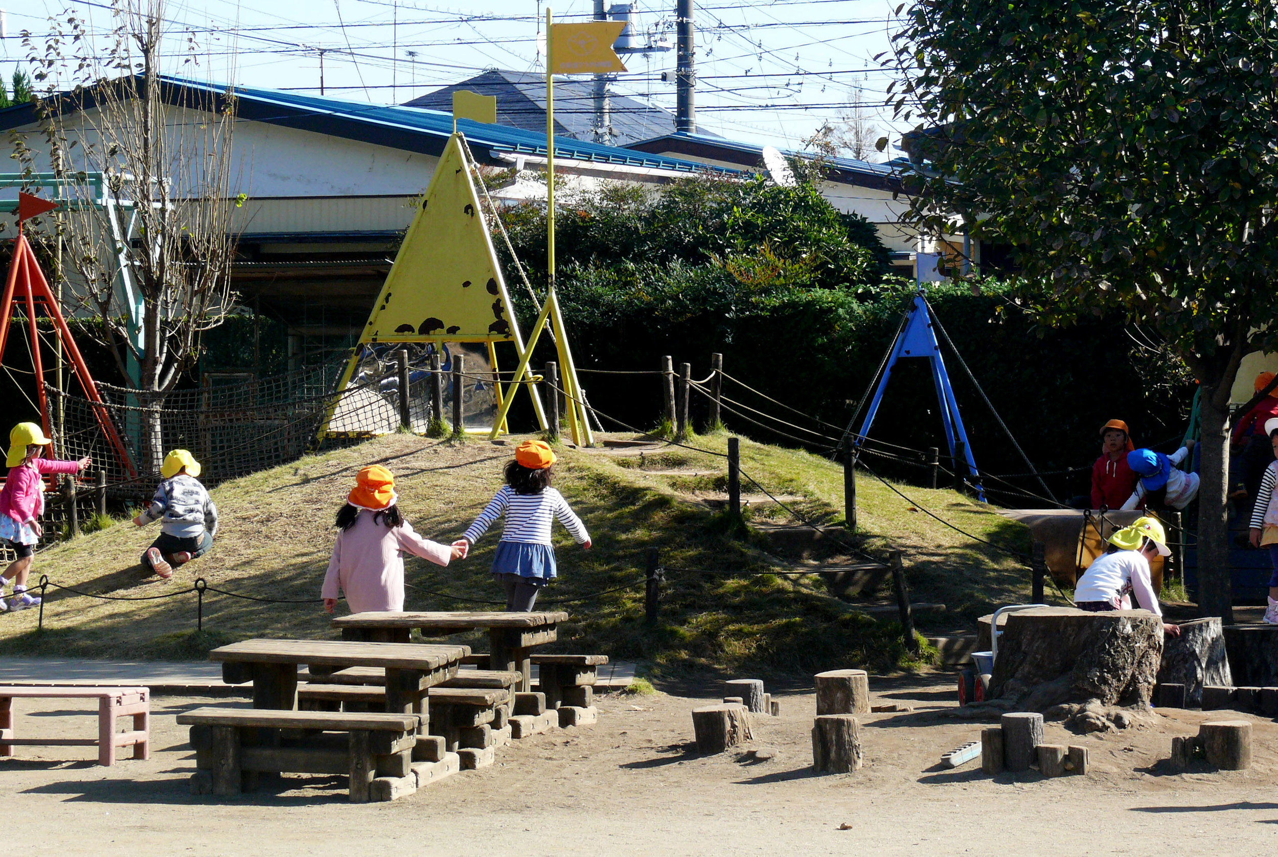 The integration of topography, play structures, natural landscape elements and loose parts provide children with many choices in play.