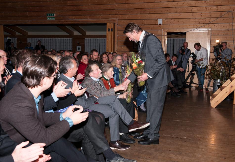 SØSKEN TIL EVIG TID_Festpremiere. Hovedpersonene hilses velkommen av ordfører Håkon Myrvang.  Last ned Bilde.