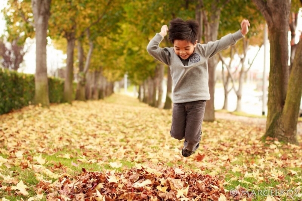Kid_jumping_autumn_leaves