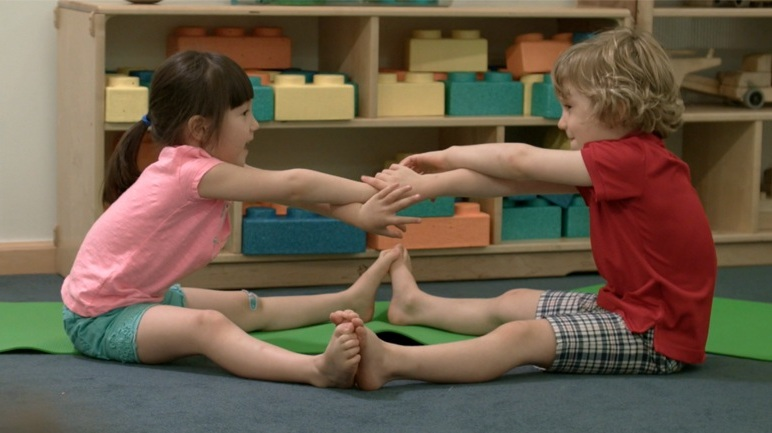 Partner_Boat_pose_kids_yoga.jpg