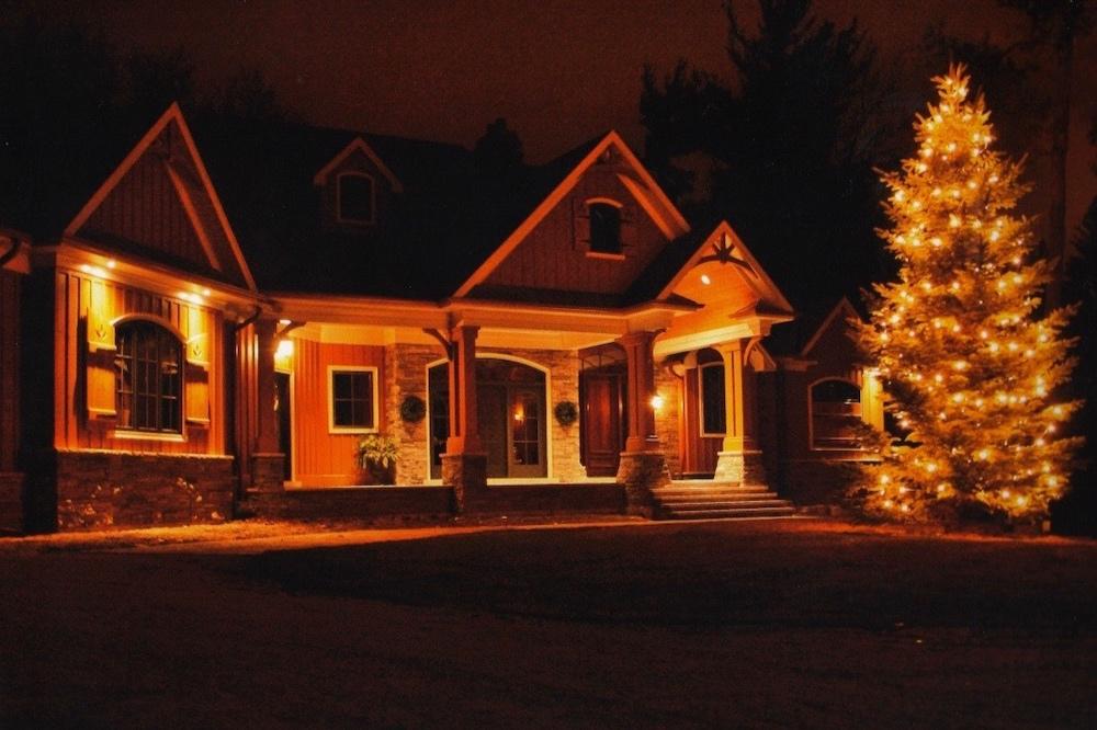 custome+home+gable+christmas+tree+lights.jpg