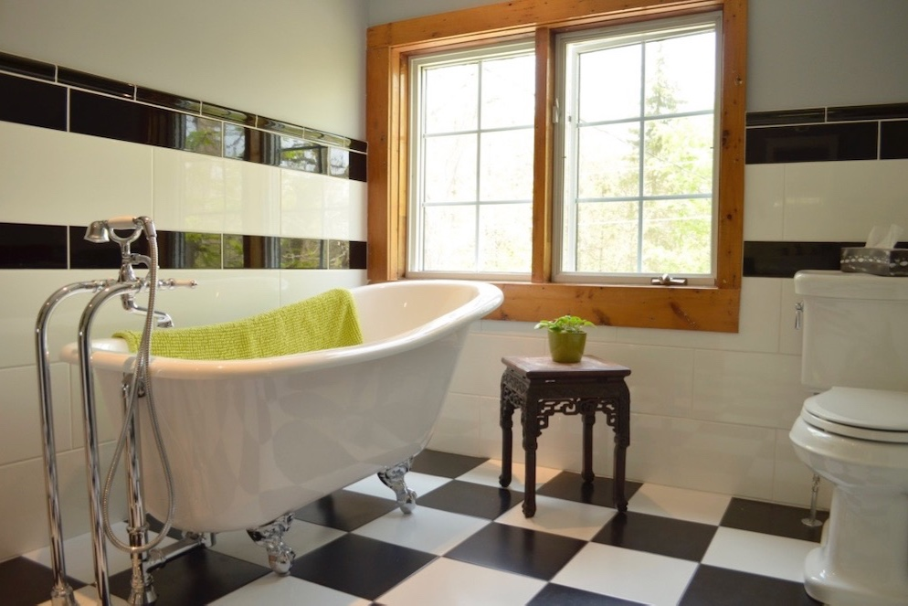 claw+foot+bathtub+checkered+floor+tile+black+and+white.jpg