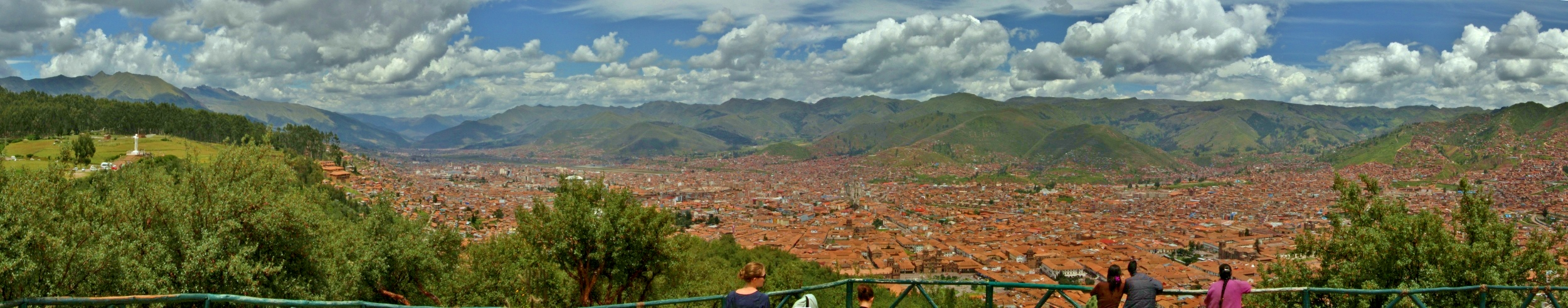 Not a bad view of Cusco.  Good for taking pictures, or hurling rocks on top of conquistadors' heads.   Click for full-size image
