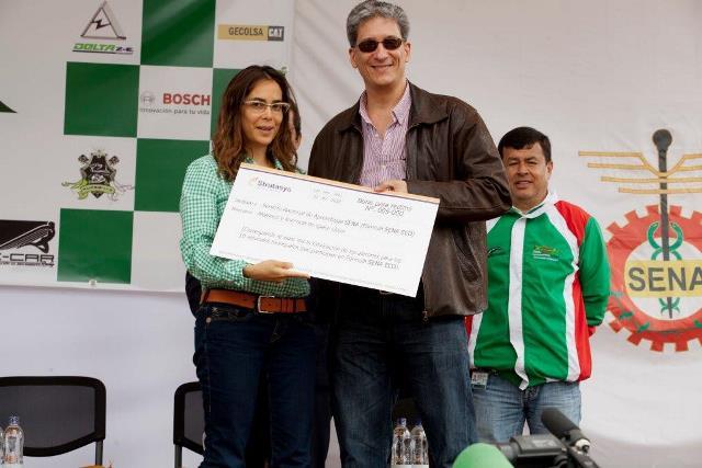 Andrés Uribe Santa María entregando patrocinio de Stratasys a Gina Parody, directora general del Sena.