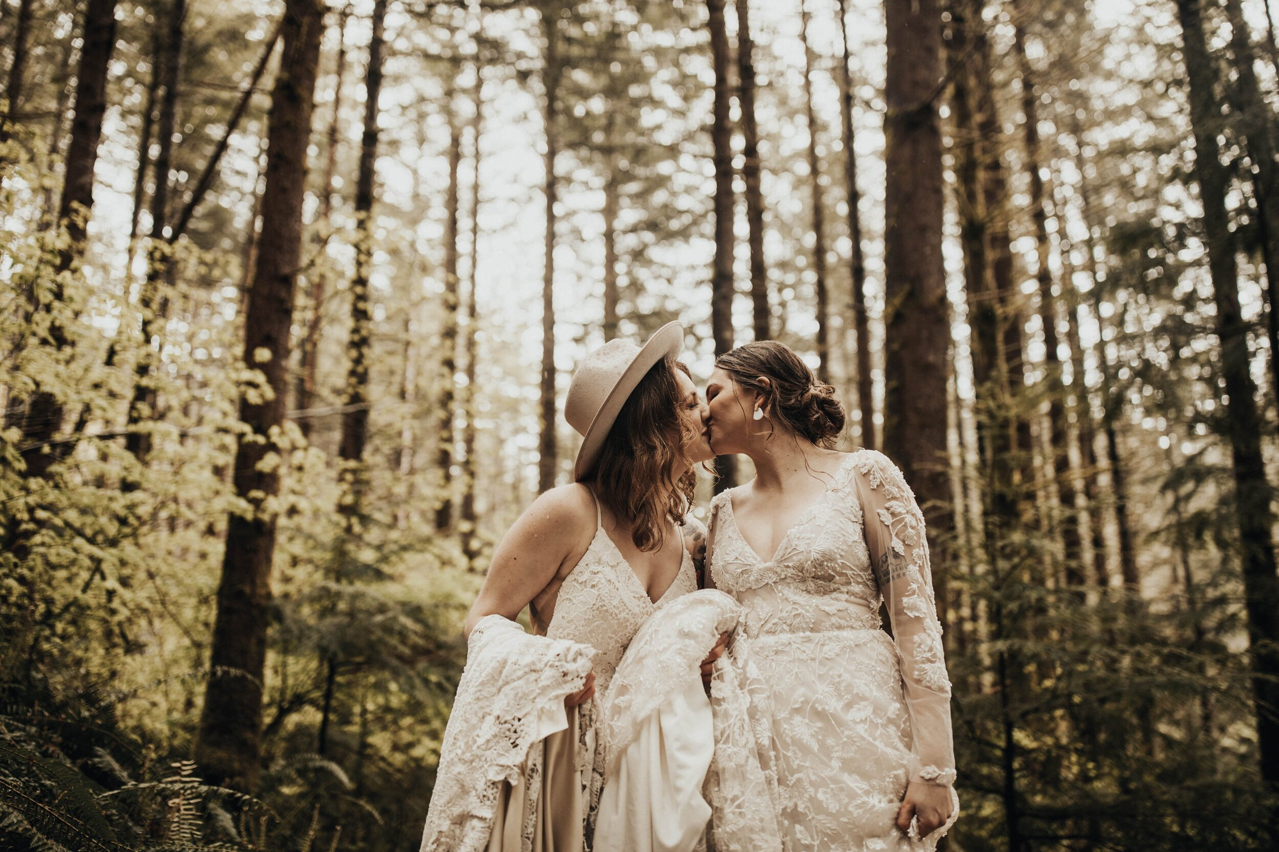 ROMANTIC STYLED WEDDING IN ALENA LEENA AND LAUDAE GOWNS?a&bé ...