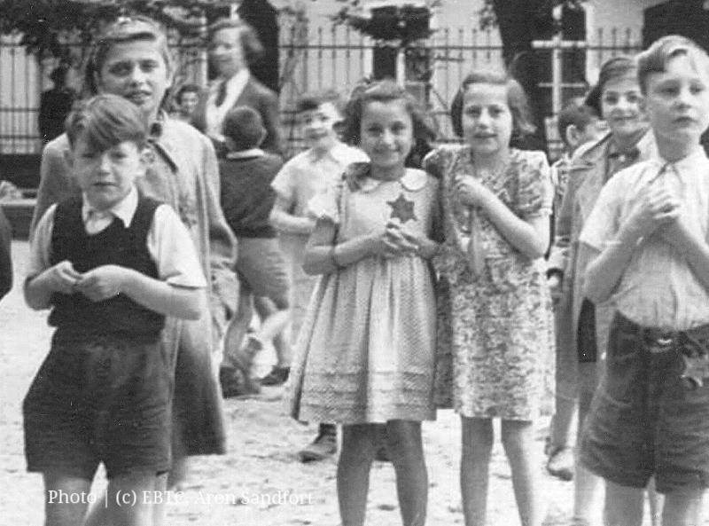 Paul Aron Sandfort links als Junge in Theresienstadt.jpg