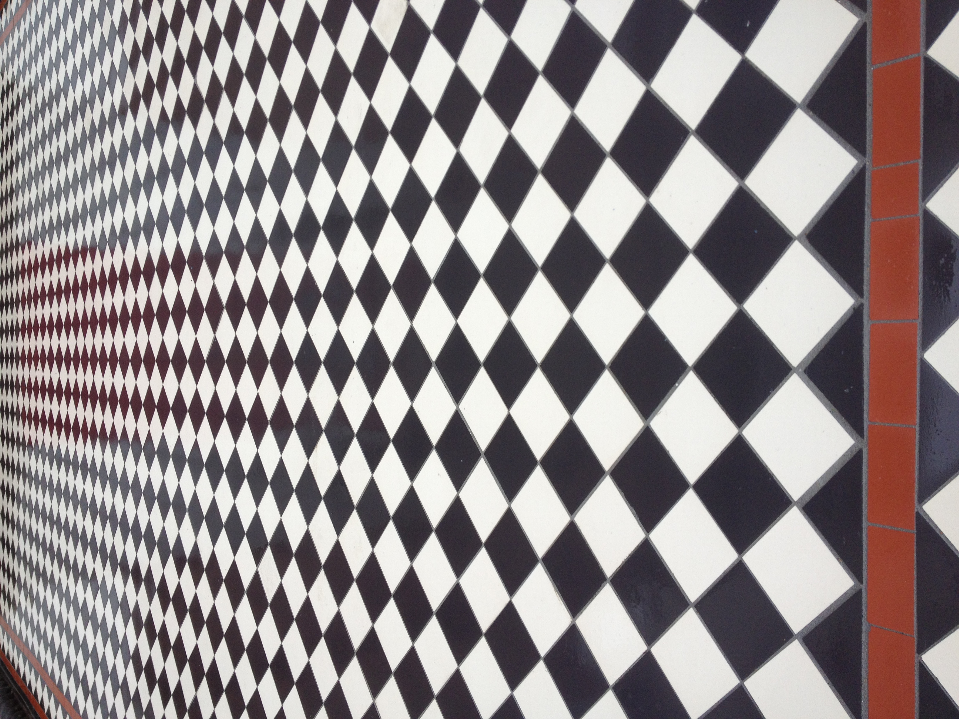 004 Chequer with White Diamond Border & Red Lines