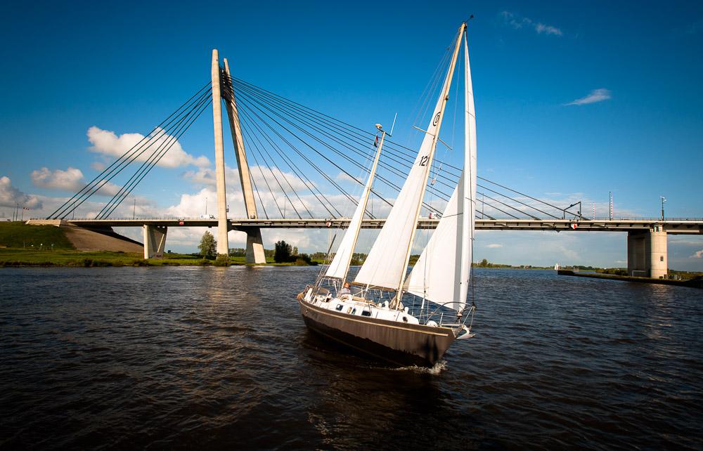 Zeilboot met brug