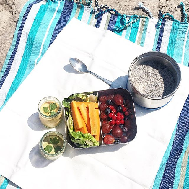 Where else to cool off during this #nyc heatwave but back at the beach? 🥵 So second #beachside #marketfresh #picnic this past week-end, and this one packed a punch nutrients-wise: fresh bib lettuce and carrots from the last #farmersmarket run, with #homemade creamy pesto and sweet potatoe hummus (spiked with a tiny bit of harissa :)) for dipping, a light chia seed pudding and colorful berries (blues, gooseberries, red currant) also from the #greenmarket. Easy to make and fully #meatless / #plantbased (#wastefree to boot) so good for a #meatlessmonday #notsaddesklunch too... and this time there were leftovers for today. :) ☀️🏖🥬🥕🥣 #multivitamins