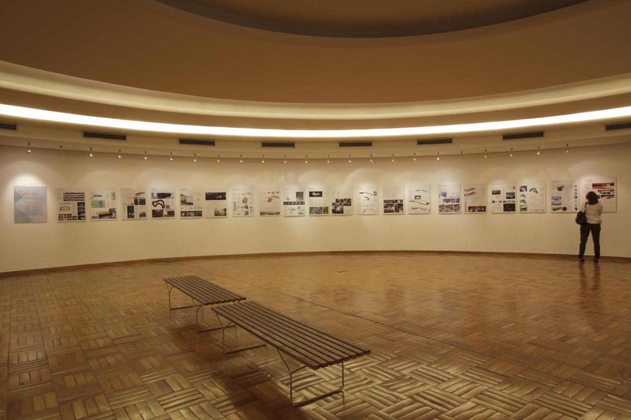 Vista da exposição das propostas de intervenção no interior da Casa do Baile