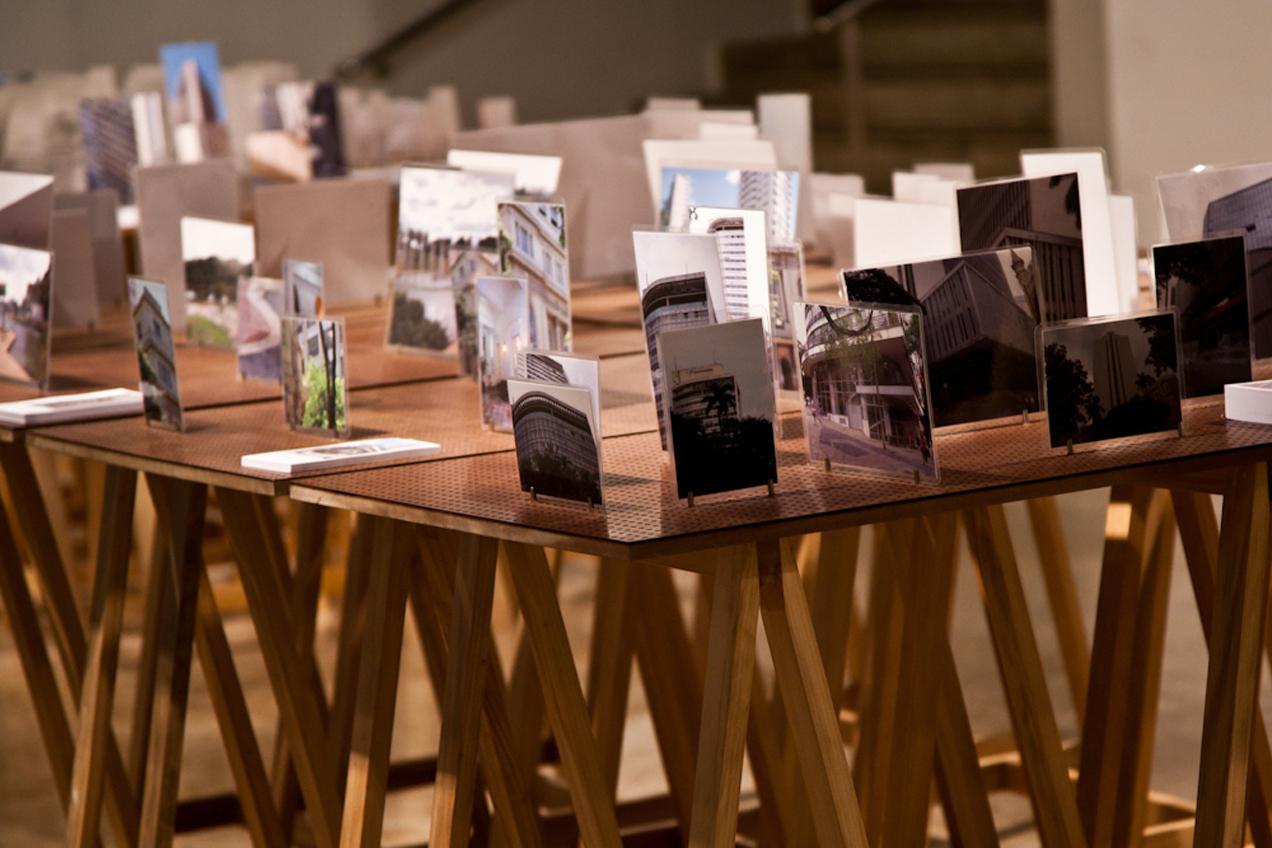 Mesas com fotos e folhetos informativos sobre obras arquitetônicas relevantes