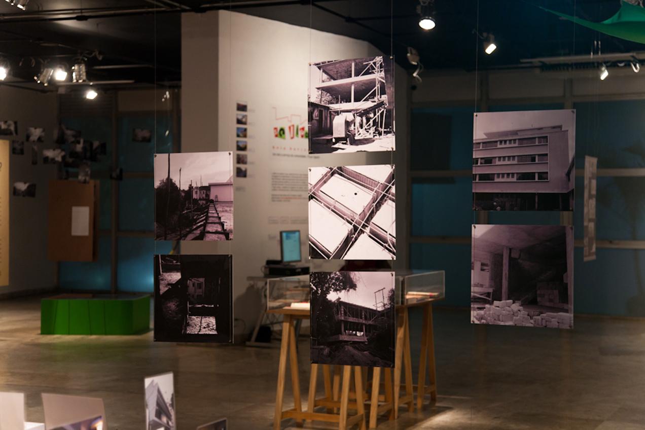 Painéis verticais com fotos da construção do prédio da Escola de Arquitetura da UFMG