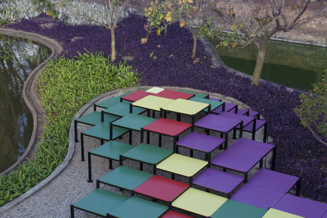 Correspondência cromática: jardim de Burle Marx e instalação Deriva vistos a partir da marquise