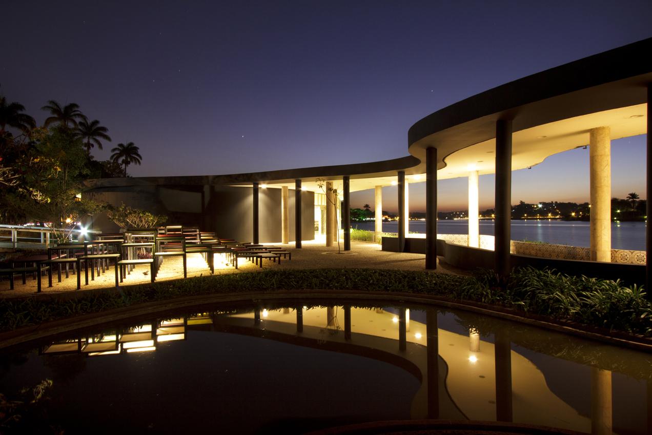 Vista noturna das duas instalações a partir do palco