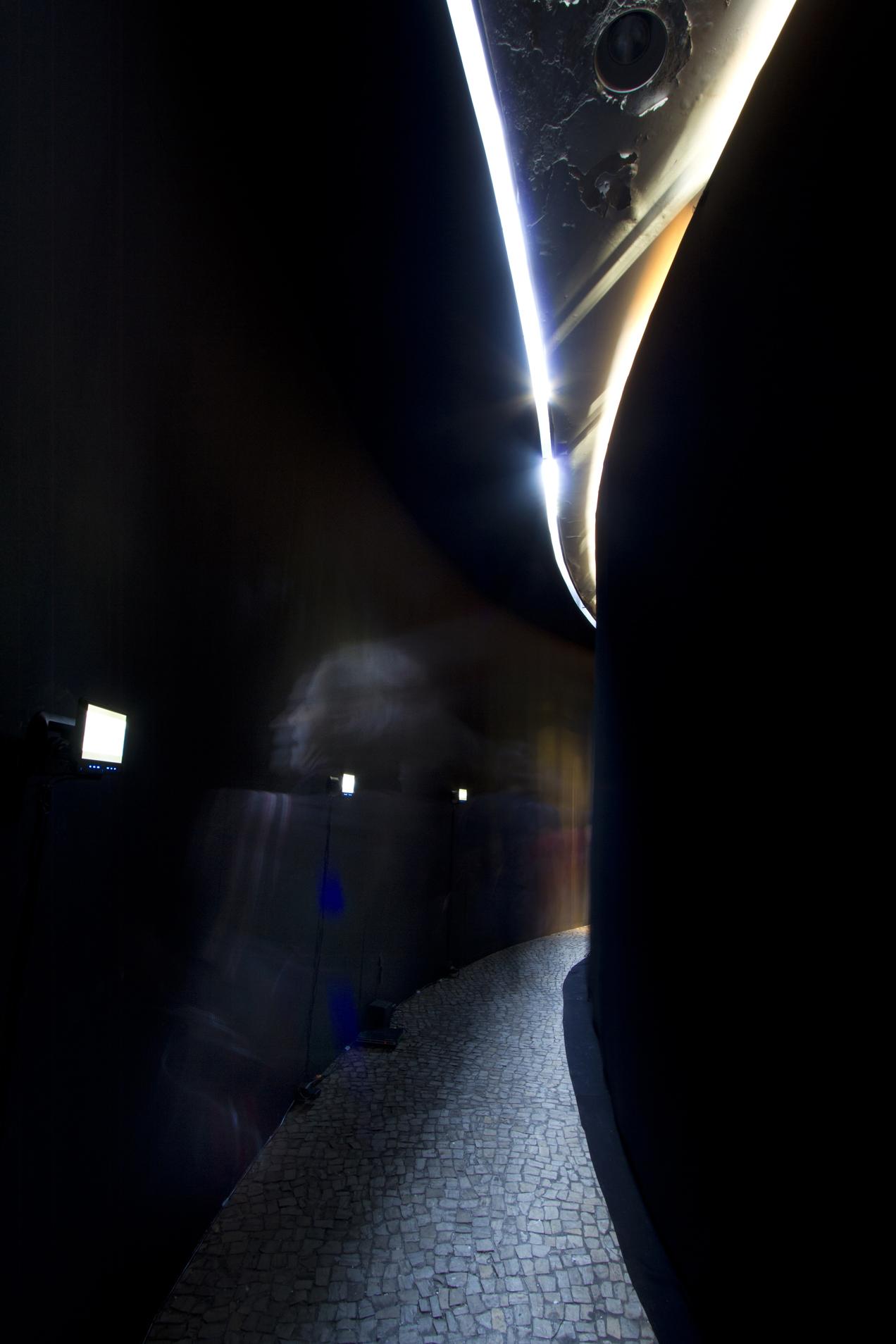 Vista interior do volume circular da instalação Soma, local de exibição de vídeos sobre o projeto Coarquitetura