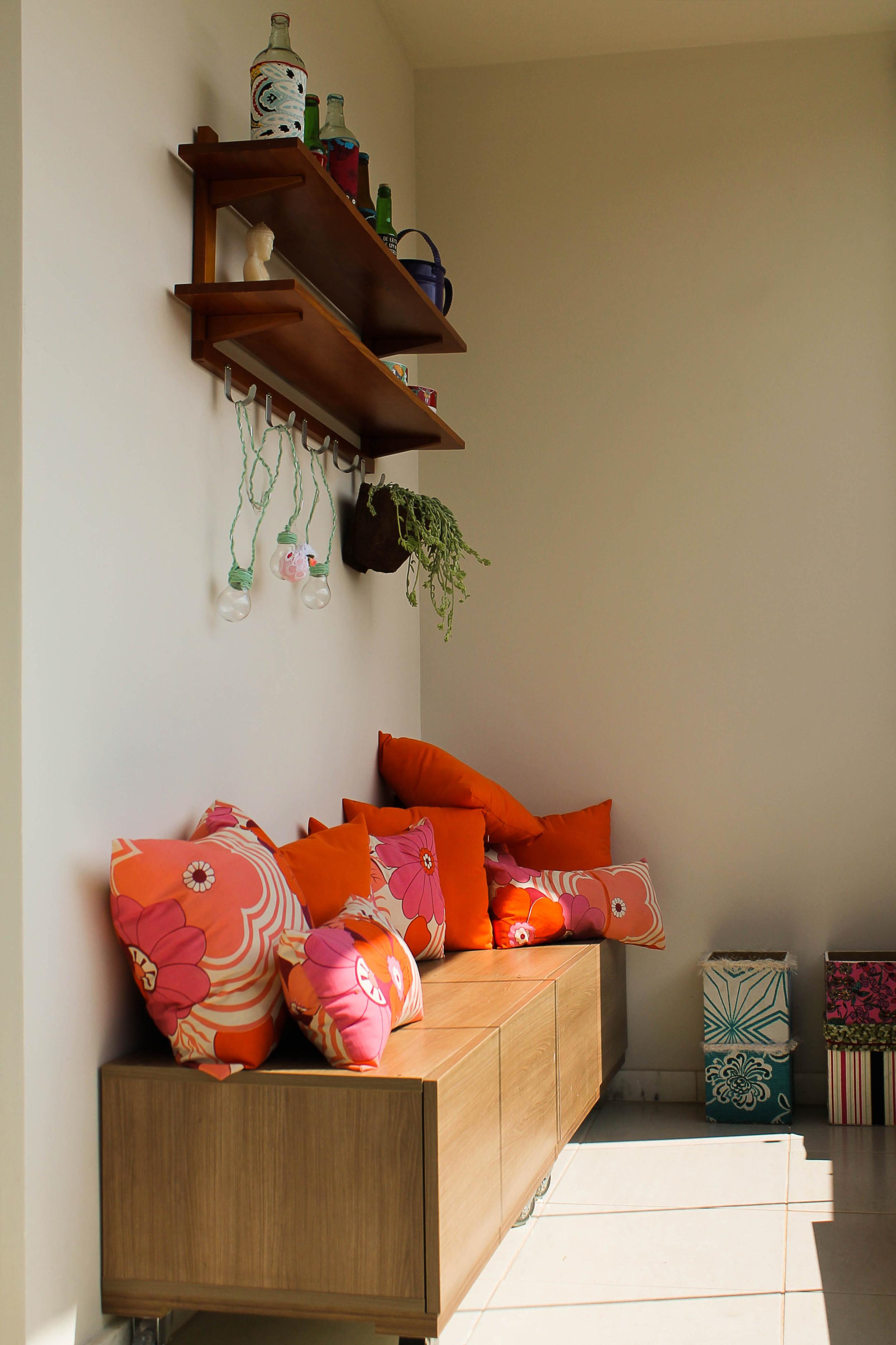 O caixote-banco da varanda foi feito a partir de madeira aproveitada de outros móveis.