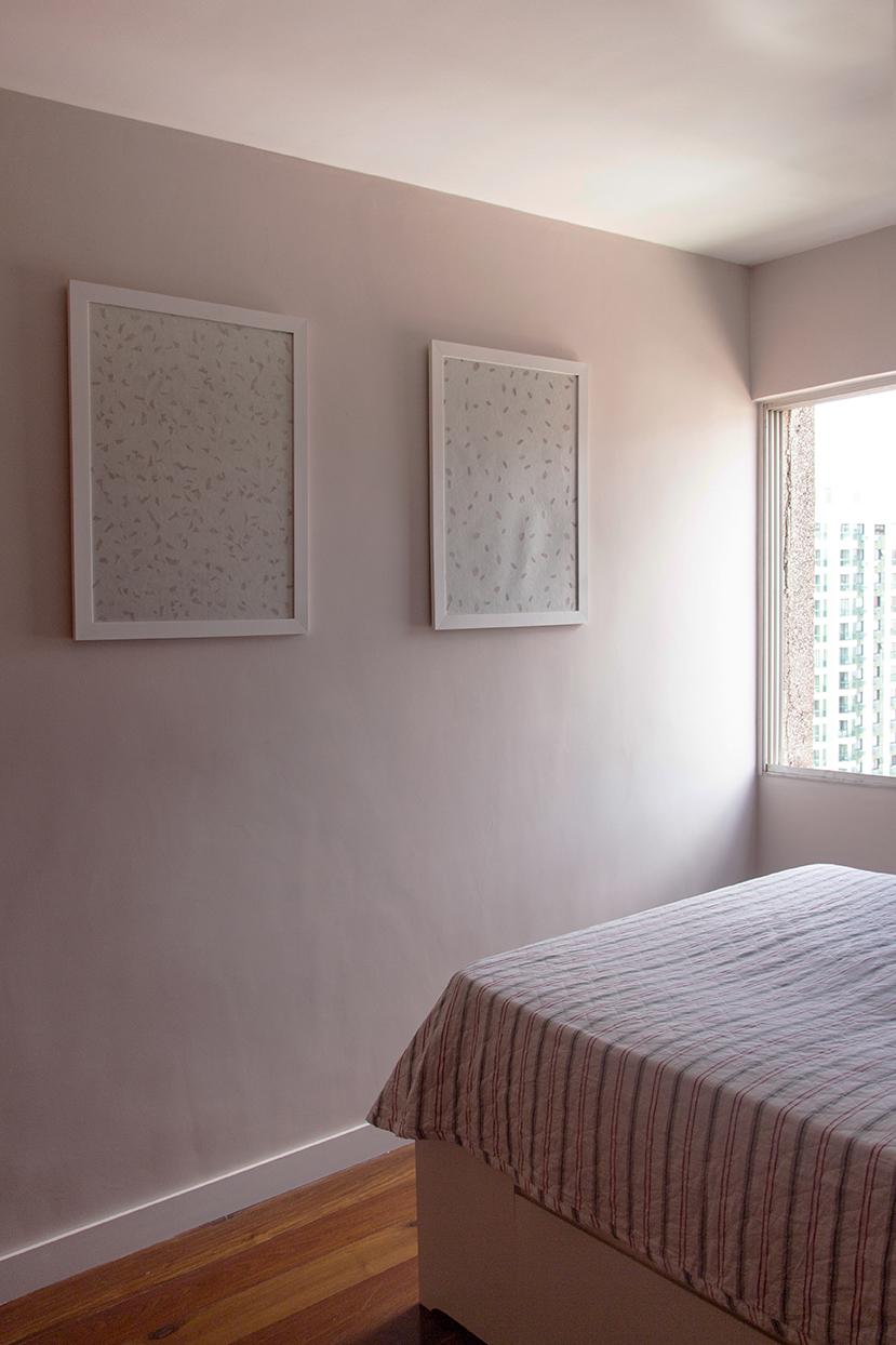 No quarto foi utilizada uma paleta de cores neutras e suaves, com os tons Biscuit de Areia e Sorvete de Ameixa, da Coral.