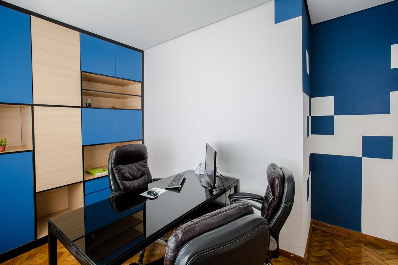 Administrativo - linhas geométricas e arestas pretas marcadas, azul remetendo às cores da empresa